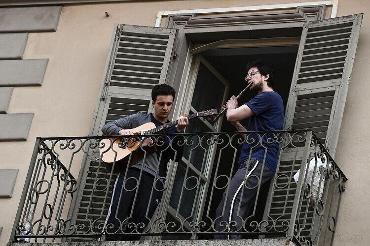 پویش آواز برای مقابله با کرونا در ایتالیا را ببنید، عکس