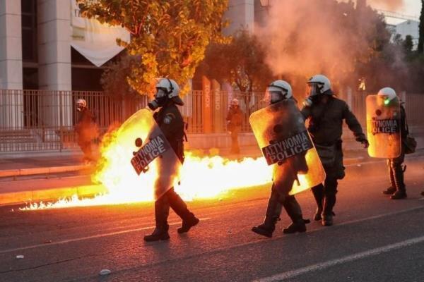 تظاهرات گسترده معترضان در مقابل سفارت آمریکا در آتن