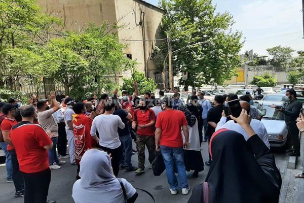 تجمع طرفداران پرسپولیس در مقابل فدراسیون (عکس)