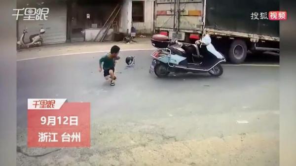فرار پسربچه خوش شانس از له شدن زیر کامیونت